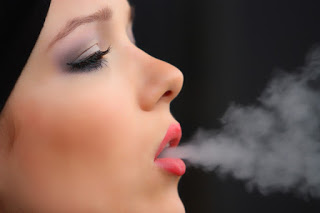 girl smoke cigarette 2198839 960 720 2 - 【TIPS】IQOS以上に魅力的!?ヴェポライザーの使い方やメンテナンス方法まとめ