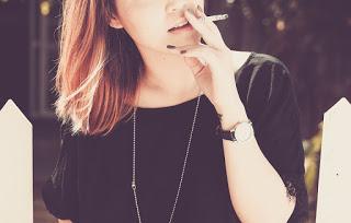 person 731484 960 720 - 【TIPS】「VAPE(ベイプ)」と「IQOS(アイコス)」の違いは何?ノンニコチン?【アイコス/加熱式タバコ】