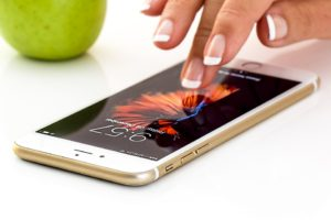 smartphone 1894723 960 720 300x200 - 【NEWS】加熱式タバコに発がん性物質?紙巻きの4分の1?