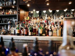 alcoholic beverages 1845295 960 720 300x225 - 【TIPS】VAPEと相性の良い飲み物とは?電子煙草にピッタリオススメのワンコインドリンクを紹介!