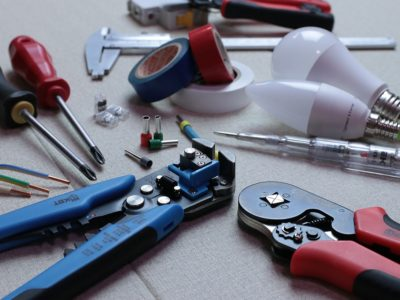 electrician 3087536 960 720 400x300 - 【TIPS】ワイヤーの太い細いとは?自作コイルの基本ポイント