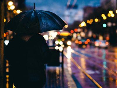adult 1867665 960 720 400x300 - 【TIPS】電子タバコは雨対策が肝心!?取り扱いのポイントまとめ