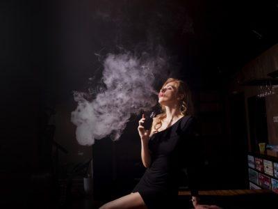 people 3252562 960 720 2 400x300 - 【TIPS】変わった電子タバコが欲しいならコラボアイテムが狙い目!?