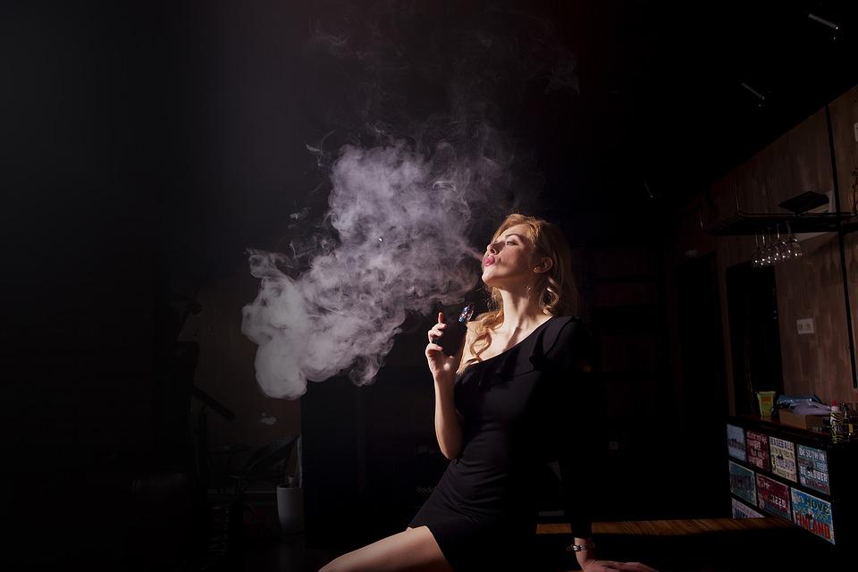 people 3252562 960 720 2 - 【TIPS】変わった電子タバコが欲しいならコラボアイテムが狙い目!?