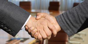 shaking hands 3091906 960 720 300x152 - 【TIPS】変わった電子タバコが欲しいならコラボアイテムが狙い目!?
