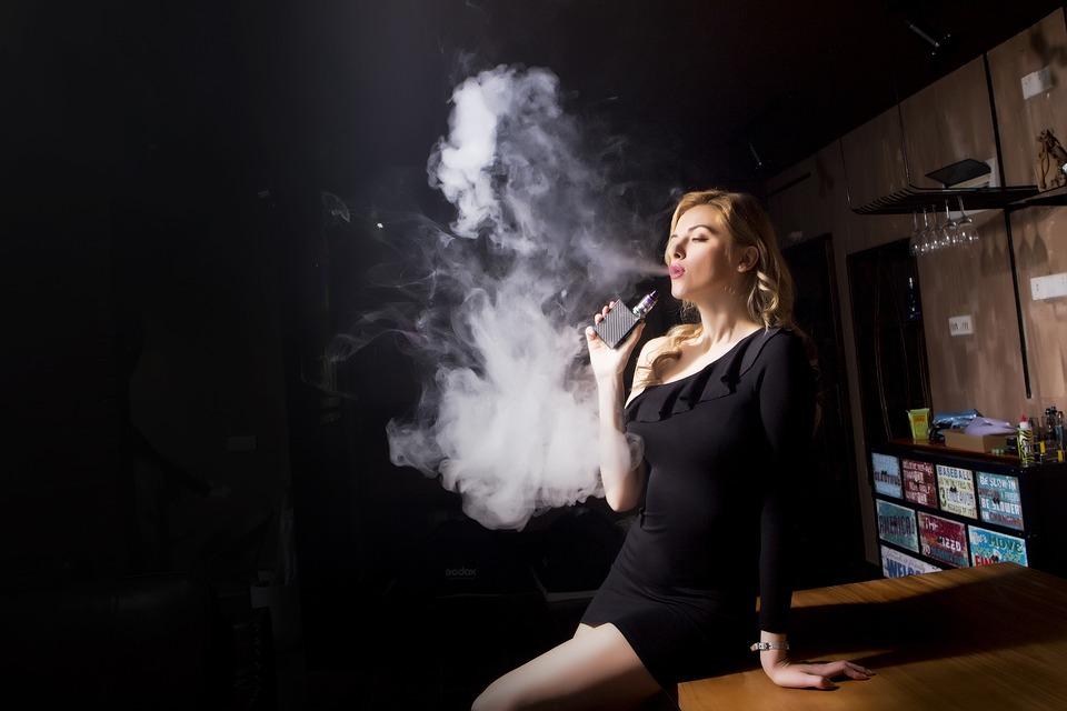 people 3252561 960 720 - 【TIPS】電子タバコ事業は拡大傾向?2020年にはどのくらい増えている予測?