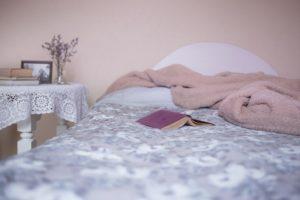 bed 1846251 960 720 300x200 - 【TIPS】ホテルで電子タバコを使用したらクリーニング代を請求される!?