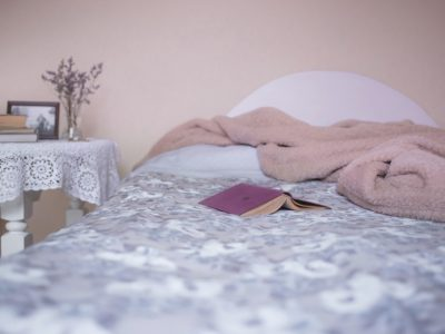 bed 1846251 960 720 400x300 - 【TIPS】ホテルで電子タバコを使用したらクリーニング代を請求される!?
