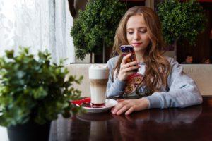girl 1848478 960 720 300x200 - 【TIPS】牛丼チェーンで電子たばこは使用できる?大手を調べてみた!