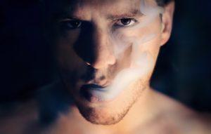 man 1245836 960 720 300x191 - 【TIPS】電子タバコと無煙タバコの違いとは?取り扱いの注意点まとめ