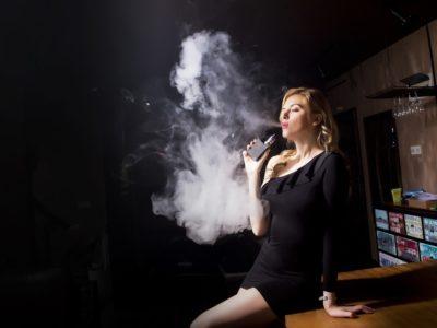 people 3252561 960 720 1 400x300 - 【TIPS】電子タバコのお店はキレイ?初めてでも入りやすいって本当?