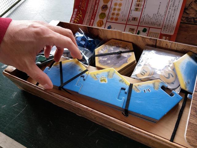 IMAG1672 thumb - 【訪問/レビュー】「レッドドラゴン・イン1」「海底探検」「ペンギンパーティ」「グースカパースカ」「カードオブザデッド」「NOCCA x NOCCA」でにさんとボードゲームの休日@MIF Garageで花見BBQ とタコ上げ。でにドリチリボルバー(Revolver)もあったよ!【カタンの開拓者たち用収納BOXも!】