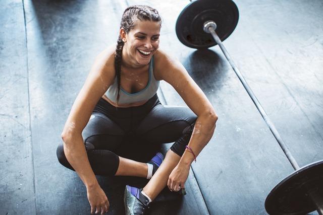GettyImages woman workout tired svetikd 1 thumb - 【筋トレ】減量には筋トレを先にやれ! 筋トレ中心にダイエットまとめ【減量/ダイエット/筋トレ】