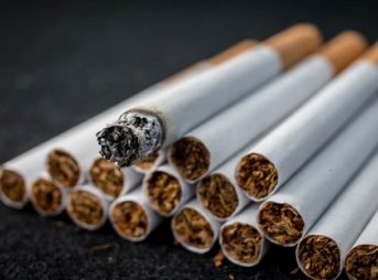 4 tobacco cigarette get thumb 343x254 - 【千葉県警】歩きタバコ注意され立腹 63歳男性の顔殴り重傷負わせる…男の映像を公開 JR柏駅前 ★2