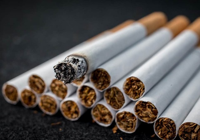 4 tobacco cigarette get thumb - 【千葉県警】歩きタバコ注意され立腹 63歳男性の顔殴り重傷負わせる…男の映像を公開 JR柏駅前 ★2