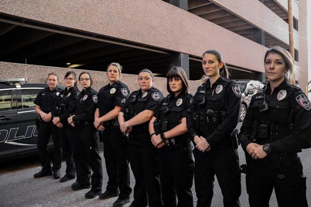 CPD Policewoman Day 3 thumb - 【社会】ホラー映画よりスリルがある!うその110番をして警察官から逃げ回る「ハイパーゲーム」が福岡市の少年たちに大流行