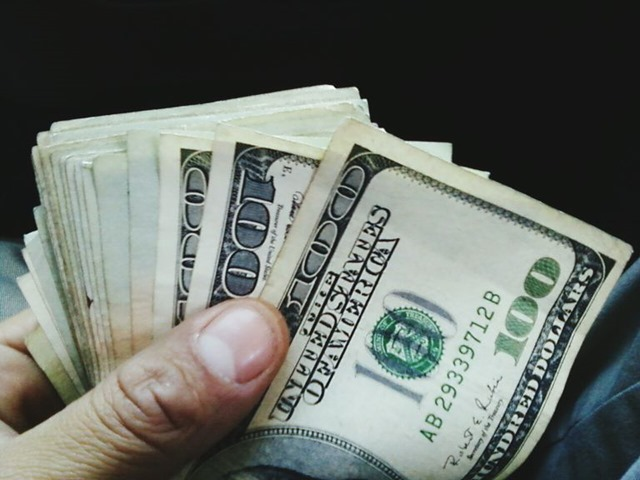 GettyImages 547087929 59abe2d7396e5a001065880e thumb - 【アベノミクス成功】賃上げ、企業の9割が実施 99年調査以降で過去最高に