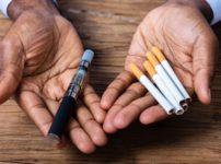 man holding a vape pen and cigarettes thumb 202x150 - 【VAPE】電子たばこ関連の肺障害、原因は酢酸ビタミンE? 米疾病対策センターが着目