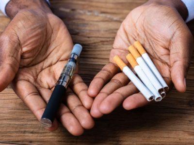 man holding a vape pen and cigarettes thumb 400x300 - 【VAPE】電子たばこ関連の肺障害、原因は酢酸ビタミンE? 米疾病対策センターが着目