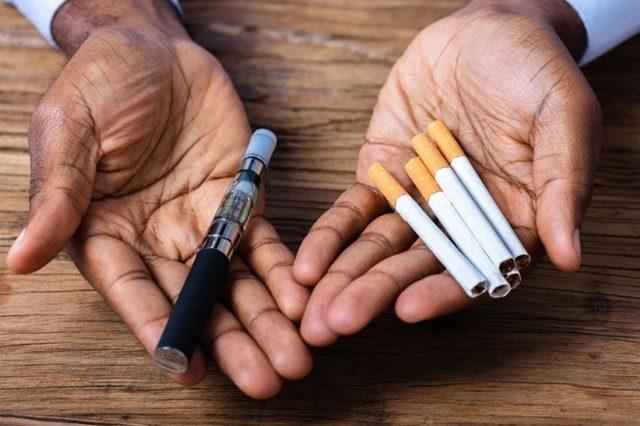 man holding a vape pen and cigarettes thumb 640x426 - 【VAPE】電子たばこ関連の肺障害、原因は酢酸ビタミンE? 米疾病対策センターが着目