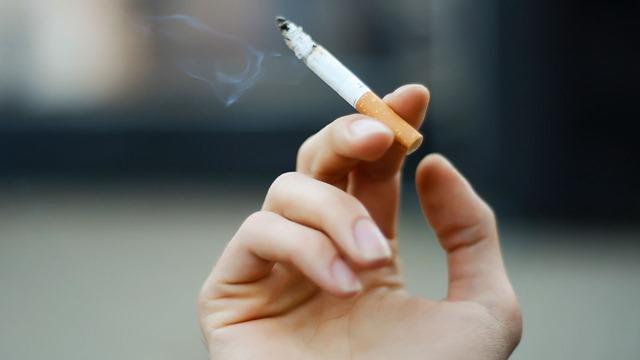 smoking thumb - 【タバコ】喫煙者は一箇所に集めて集中管理すればいいのに完全禁煙などするからゲリラ喫煙しちゃう