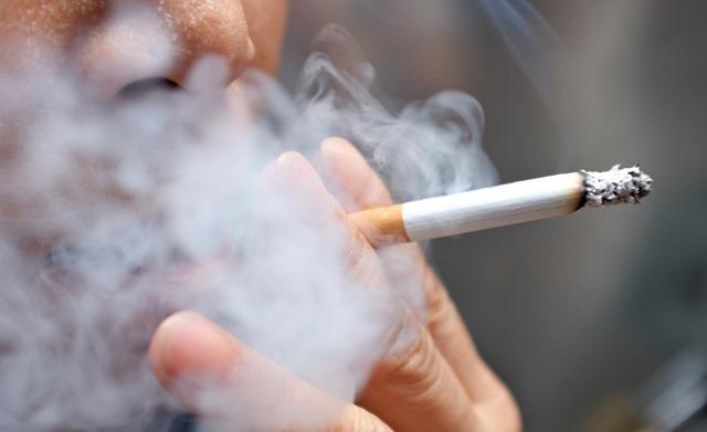 ca cigarette 111919 istock thumb - 【たばこ】「煙たい」駅前たばこ店が灰皿撤去。路上喫煙、どう対策する?条例規制も難しく