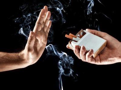 hand up stop smoking thumb 400x300 - 【コンビニ】「タバコは売るけど他所で吸ってね実験」、客の反応は不評、どちらかといえば不評が8割超・大分