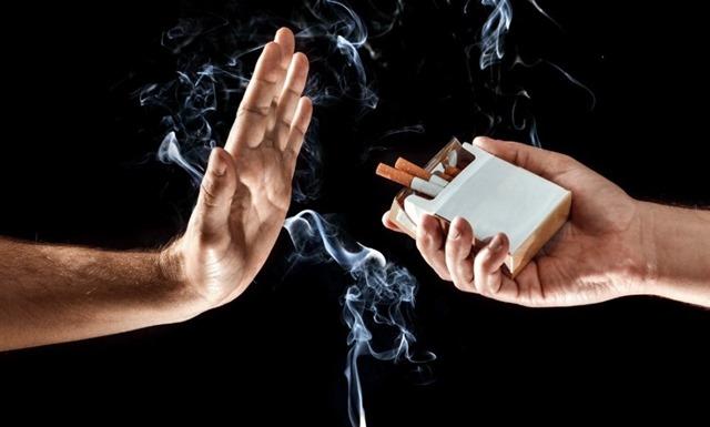 hand up stop smoking thumb - 【コンビニ】「タバコは売るけど他所で吸ってね実験」、客の反応は不評、どちらかといえば不評が8割超・大分