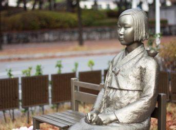Peace statue comfort woman statu thumb 343x254 - 【悲報】中学歴史教科書に「従軍慰安婦」が復活。南京事件も日本軍が中国市民を虐殺した史実を記述