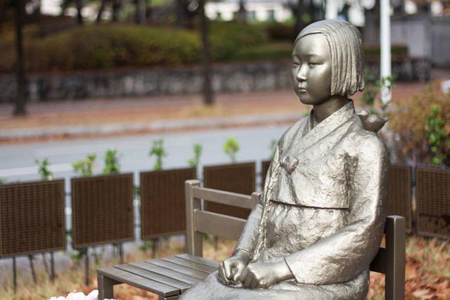 Peace statue comfort woman statu thumb - 【悲報】中学歴史教科書に「従軍慰安婦」が復活。南京事件も日本軍が中国市民を虐殺した史実を記述