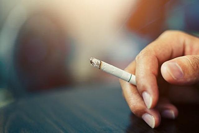 202003311621 1 thumb - 【ヤニカス】中学講師、全面禁煙の校内で喫煙→投げ捨て→敷地内の林燃える 現場には約100本の吸い殻