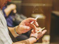 eb26b9a3893e9fe41b1d2a675aa13d71 202x150 - 【衝撃】会計直前にタバコ吸うお客さんに飲食店が悲鳴 / 機会損失「小さな積み重ねが死活問題」