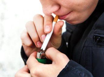 teen smoking cigarette stock sup 343x254 - 【利益相反】「喫煙者は新型コロナにかかりにくい」という論文を編集者側が撤回 著者がタバコ業界とのつながりを明示しなかったため  [すらいむ★]