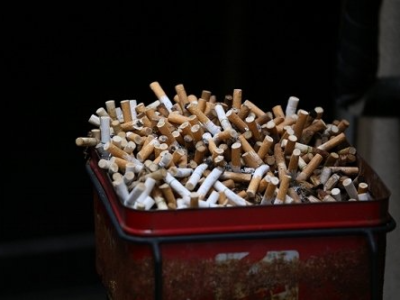town20190529153354 400x300 - 【タバコ】喫煙者が集まる公園...何度撤去しても置かれる『吸い殻入れ』のワケ [七波羅探題★]