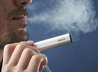 1231123245 5fed465da261d 343x254 - 【喫煙】10年ちょっと前ぐらいまでタバコ吸いながら酒飲んで仕事するの普通の光景だったよな